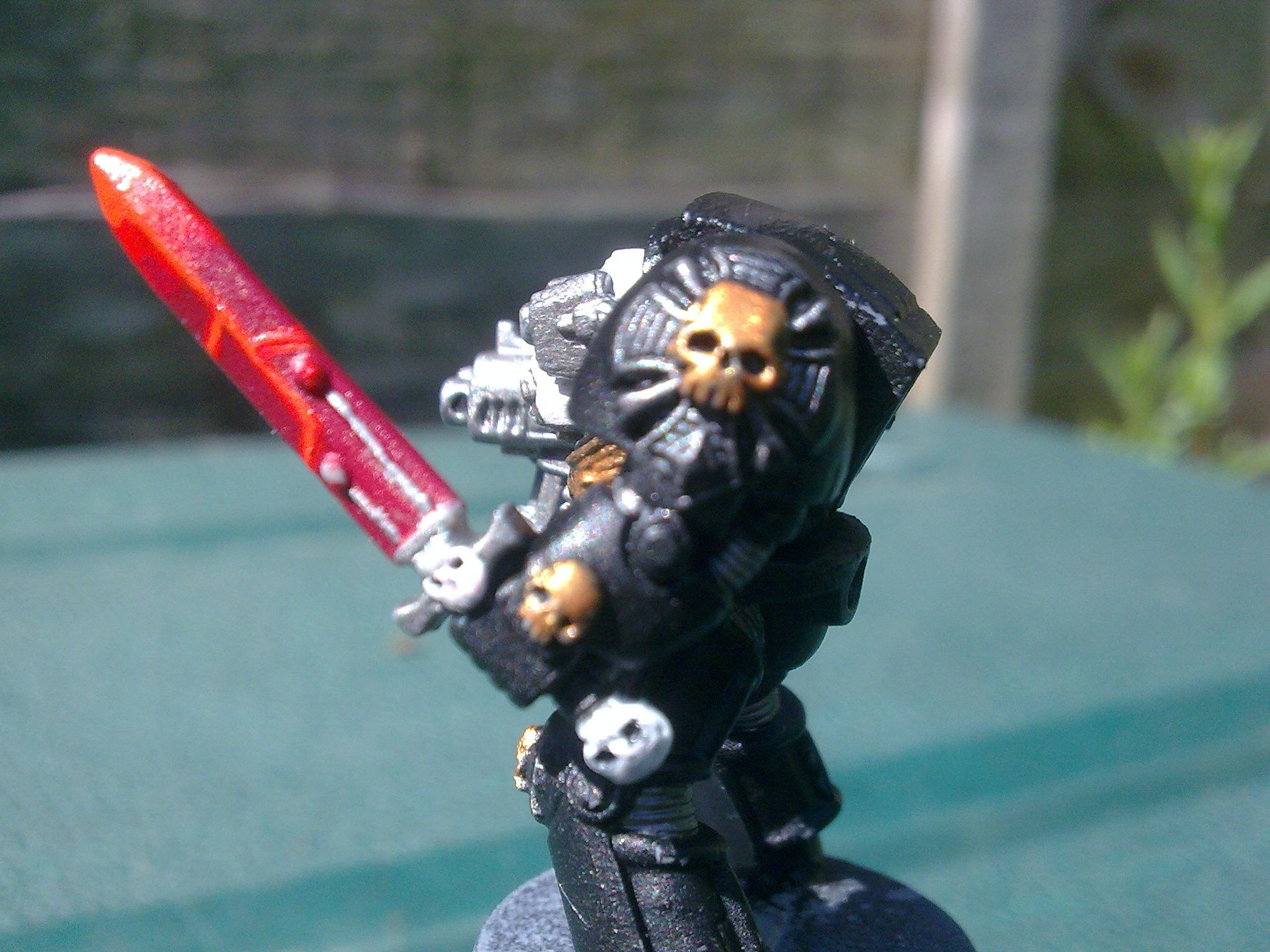 Side view with gold skull and the emblem is dry brushed boltgun