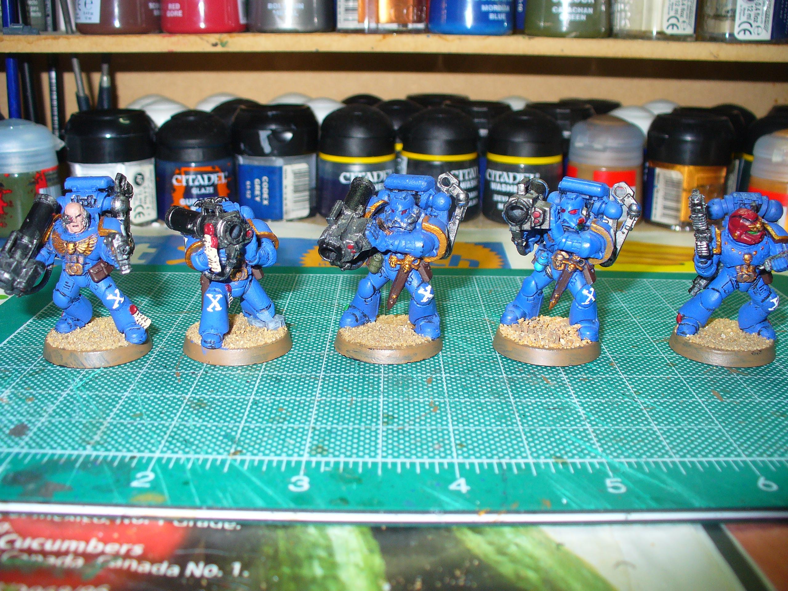 Also, since I am not redoing the decals, I painted a squad attachment marking to the 10th squad (Devastator) on the knees of the whole squad, not bad for trying it free hand